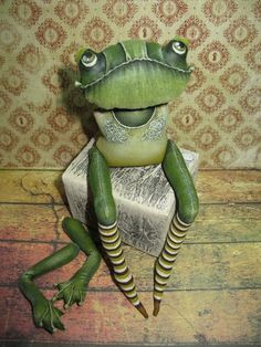 "Творческая мастерская ""Чердачные находки"" Fabric Toys, Fabric Art, Framed Burlap, Tilda Toy, Garden Whimsy, Frog And Toad, Bear Doll, Sewing Dolls, Doll Tutorial"