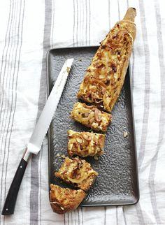 Baguette apéro façon flammekueche gratinée - Une baguette garnie à partager entre amis à l'apéritif...