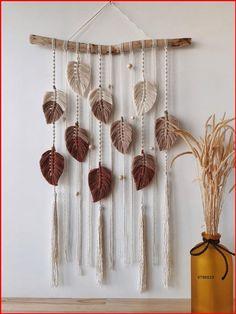 Macrame Wall Hanging Patterns, Yarn Wall Hanging, Macrame Patterns, Rope Crafts, Feather Crafts, Diy Home Crafts, Macrame Design, Macrame Art, Macrame Projects