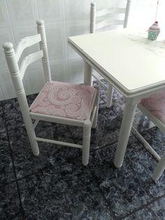 tuneo en la cocina sillas de maderas pintadas en blanco roto y tapiceria nueva .es una tela plastificada y antimanchas