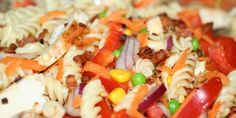 Smag pastasalaten med kyllingestykker, rød peber, ærter, gulerødder og en masse andet lækkert. Det hele toppes med en frisk, syrlig dressing.
