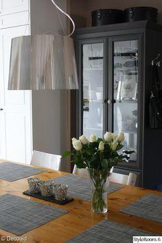 lasivitriini,kukat sisustuksessa,keittiö,kartell gé,artek ruokapöytä