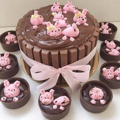 Pig in the mud by Its so original and creative. Pigs In Mud Cake, Farm Birthday Cakes, Girl Birthday, Piggy Cake, Rodjendanske Torte, Farm Cake, Pig Party, Cute Desserts, Cute Cakes