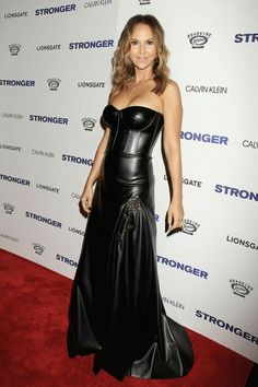 Celebrity in black leather dress in red carpet Black Leather Mini Skirt, Black Leather Dresses, Leather Skirts, Amy Jackson, Fashion Themes, Women's Fashion Dresses, Floaty Dress, Strapless Dress Formal, Leder Outfits