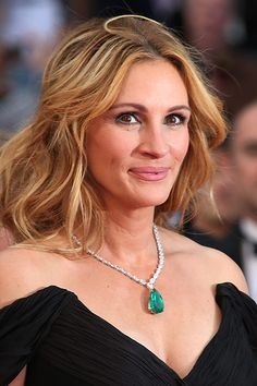 Julia Roberts jewelry style is charming. She wore a white and green necklace. By the way, Julia Roberts necklace is a beautiful idea for evening dresses. Julia Roberts Style, Robert White, Hollywood Star, Green Necklace, Lake Como, Celebs, Celebrities, Beach Fun, Beauty Queens
