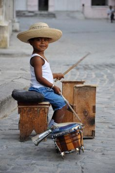 Cuba and live music go hand in hand, even the children don't want to miss out on the action. Cool Baby, Baby Kind, Precious Children, Beautiful Children, Beautiful People, Little People, Little Boys, Sweet Pictures, Street Musician