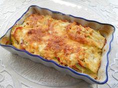 Кабачки с помидорами в духовке: 1–2 помидора 200–250 г кабачков 1 болгарский перец 3 ст. л. сметаны 2 ст. л. молока 1 яйцо 30 г твердого сыра соль, перец и другие специи по вкусу