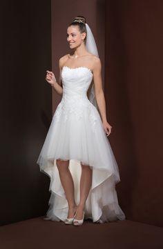 Robe de mariée courte devant et longue derrière avec jupe de tulle. Votre taille sera soulignée par le drapé croisé qui est agrémenté de dentelle. Fermeture éclair dos et boutons recouverts.