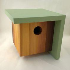 Jedes Haus ist mit seinen eigenen Winkel gebaut, aber nur dieses Haus hat den rechten Winkel.  Wiedergewonnenen klare Zeder erbaut, wurde das Holz auf den Körper des Hauses ausgewählt, in Intensität in Richtung der äußeren Ecke wachsen. Es ist fertig mit Teaköl, das Spektrum der natürlichen Farbe des Holzes zu bringen. Das Dach und die Seite sind auch aufgearbeiteten klare Zeder und beendete mit einer Qualität Licht grün Low-VOC Volltonfarbe Fleck.  Das Dach und die Seite Überhang den…