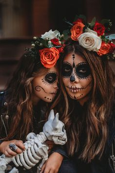 Are you looking for ideas for your Halloween make-up? Browse around this website for cute Halloween makeup looks. Halloween Costume Diy, Clown Halloween, Girl Halloween Makeup, Halloween Makeup Sugar Skull, Sugar Skull Costume, Halloween Tutorial, Halloween Makeup Looks, Halloween Outfits, Sugar Skull Makeup Tutorial