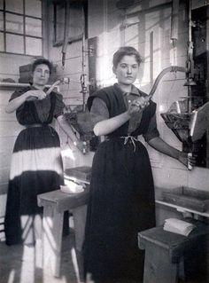 Making Dynamite Sticks, at Ardeer Stevenston, North Ayrshire around 1907 West Coast Scotland, Living In England, Most Beautiful Cities, Countries Of The World, Historical Photos, Edinburgh, Image, Sticks, Britain
