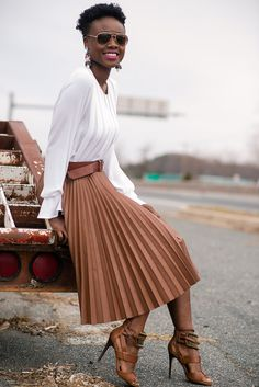 Neutral pleated skirt with a belt and long sleeved white top - perfect for summer and fall Modest Fashion, Skirt Fashion, Fashion Outfits, Casual Fall Outfits, Classy Outfits, Autumn Clothes, Professional Outfits, Madame, Skirt Outfits