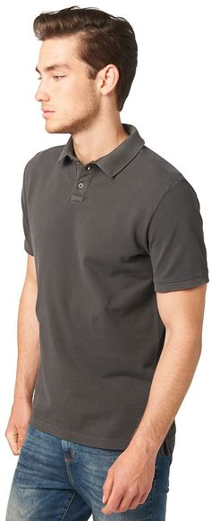 Polo-Shirt mit Bleachings für Männer (unifarben, kurzärmlig mit Polo-Kragen und halber Knopfleiste) aus Pique-Stoff, mit leichter Acid-Waschung, mit seitlichen Schlitzen am Saum, dezente Logo-Stickerei hinten. Material: 100 % Baumwolle...
