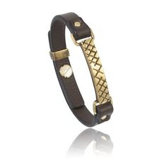 Bracciale in pelle castagno con accessori in ottone con finitura oro.