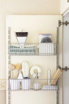 00349316 O. Puerta de un mueble de cocina con utensilios de limpieza colgados_00349316 O
