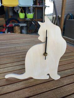 猫をモチーフにした時計です。ベニヤ板を切り抜いただけの簡単な物ですが、時計の機械などの値段も料金には反映されています。針がむきだしなので小さいお子様やペットに...|ハンドメイド、手作り、手仕事品の通販・販売・購入ならCreema。