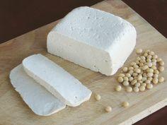 Ik dacht altijd dat tofu heel lastig zelf te maken is, maar eigenlijk valt het reuze mee. Het actieve werk kost maar een half uurtje. Je hebt een blender of foodprocessor, een vergiet of zeef, een grote pan en een dunne (thee)doek nodig. Verse zelfgemaakte tofu is véél lekkerder dan supermarkt tofu