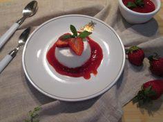 budino di yogurt e salsa alle fragole