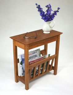 Small side table with magazine rack - the simple but very stylish wooden table shelf combo. Modern Magazine Racks, Wooden Magazine Rack, Magazine Table, Mission Furniture, Solid Wood Furniture, European Furniture, Pallet Furniture, Table Shelves, End Tables With Storage