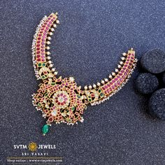 Be more gorgeous with this 22kt gold short necklace adorned by uncut diamonds, pearl, ruby, emerald stones. Wedding Jewellery Designs, Antique Jewellery Designs, Gold Jewellery Design, Mango Mala Jewellery, Gold Temple Jewellery, Saree Jewellery, Gold Choker Necklace, Antique Necklace, Short Necklace