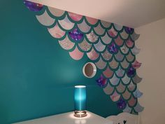 Mum creates amazing mermaid scales feature wall for just — Metro - - She used free wallpaper samples and traced around a cardboard template. Little Mermaid Bedroom, Mermaid Nursery, Mermaid Bathroom, Mermaid Room, Mermaid Diy, Mermaid Scales, Dulux Feature Wall, Free Wallpaper Samples, Wallpaper Paste
