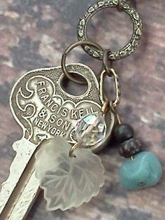 Vintage Key Necklace or better yet, a keepsake. the key to your first place together as husband and wife! Antique Keys, Vintage Keys, Vintage Jewelry, Vintage Necklaces, Rustic Jewelry, Key Jewelry, Jewelry Making, Jewelry Ideas, Diy Jewellery