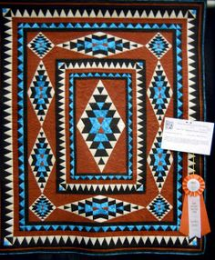 True southwest color and pattern! I love the turquoise in this quilt . Quilting Projects, Quilting Designs, Quilting Ideas, Quilting Board, Quilt Design, Southwestern Quilts, Southwest Style, Indian Quilt, Indian Rugs