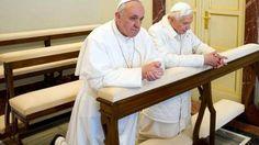 El encuentro entre el Papa Francisco y Benedicto XVI. (AP)