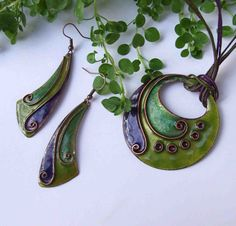 Lifespiral Cloisonne Enamel necklace and earrings jewelery set in green and purple - Bepflanzung Ceramic Jewelry, Enamel Jewelry, Polymer Clay Jewelry, Jewellery, Vitreous Enamel, Geometric Patterns, Paper Jewelry, Clay Beads, Green And Purple
