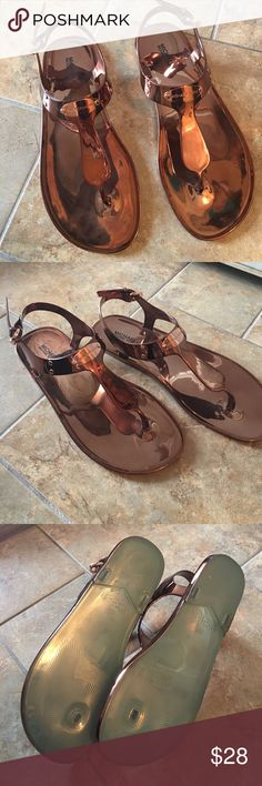 Michael Kors Plate Copper Jelly Sandals These sandals are like new. The color is copper and they have the Michael Kors name plate. PLEASE NOTE: One of the name plates is upside down. However, this is only noticeable up close. These are still a great sandal in great condition!! MICHAEL Michael Kors Shoes Sandals