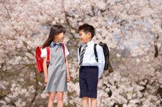 桜の木とランドセルを背負った男の子と女の子 (c)mon printemps