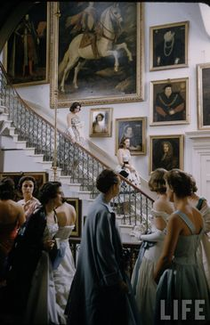 Is debutante season for mid-century London's high society, & Life magazine was on the scene to capture all the tea drinking and social climbing at its finest. Estilo Ivy, Made In Chelsea, Old Money, Princess Aesthetic, Classy Aesthetic, High Society, Rich Girl, Life Magazine, New Wall