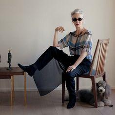 Una vez cumplidos los 50, es frecuente oír a las mujeres quejarse y decir que la moda las abandona a partir de esta edad o que las tendencias no están hechas para que una mujer las lleve siendo una \'cincuentona\'.  ¿Por qué la sociedad espera que una mujer al entrar en la madurez vista […]