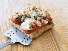 Schnelle Ciabattabrot-Pizza mit Thunfisch | Kalorien: 473 Kcal - Zeit: 15 Min. | http://eatsmarter.de/rezepte/schnelle-ciabattabrot-pizza-mit-thunfisch