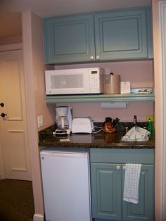 Kitchenette for the guest bedroom! Studio Kitchenette, Office Kitchenette, Kitchenette Design, Small Kitchenette, Kitchenette Ideas, Basement Apartment Decor, Small Basement Apartments, Apartment Kitchen, Garage Studio Apartment