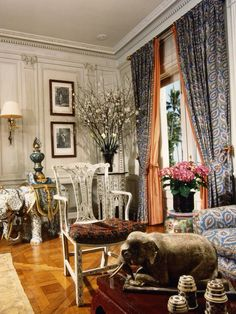 Howard Slatkin A golden oak floor With grey walls and dirty salmon. Curtains Over Blinds, Palm Beach Decor, Family Room Design, Family Rooms, Classic Living Room, World Of Interiors, Vintage Interiors, Beautiful Interiors, Interior Inspiration