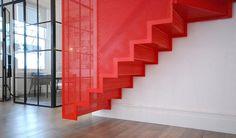 Escalier suspendu rouge réalisé par Diapo.