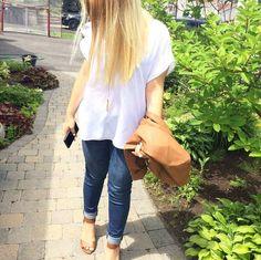 Aujourd'hui notre coup de coeur #lookdujour vient de @sandymaiorano avec sa tenue inspirante composée de basiques!  Tu veux toi aussi te retrouver en vedette sur l'accueil du site? Utilise le tag @lookdujour_ca avec le #lookdujour  #lookdujour #ldj #ootd #basics #jeans #denim #whitetee #cute #modemtl #style #pretty #outfitideas #cestbeau #inspiration #onaime #regram  @sandymaiorano