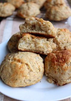 Whole Wheat Cheddar Garlic Biscuits (from scratch!) Whole Grain Cheddar Garlic Biscuits (from scratch! Drop Biscuits, Oatmeal Biscuits, Easy Biscuits, Cinnamon Biscuits, Fluffy Biscuits, Healthy Biscuits, Healthy Breads, Healthy Eating, Cheese Biscuits
