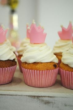 Digna de princesa – De.Cuore. festa coroa dourada, realeza ou princesa. Esse tema super tradicional não precisa ser carregado e pode ter toques delicados e românticos como nessa mesa com muitas flores naturais, detalhes dourados, muito cor de rosa e branco. aniverário 1 ano menina. cupcake