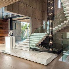 A imagem pode conter: mesa, ar livre e interiores in 2020 Home Stairs Design, Dream Home Design, Modern House Design, Modern Houses, Luxury Staircase, House Staircase, Staircases, Dream House Interior, Luxury Homes Dream Houses
