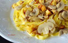 Makaron w kremowym sosie pieczarkowym z podsmazonym serem haloumi i orzechami wloskimi. Pyszny i prosty w przygotowaniu