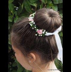 **Kommunion Kränzchen Haarschmuck** Dieses zarte Kränzchen aus künstlicher Buchsbaumgirlande, Glockenbümchen, kleine rosa Rosen und Perlen kann ganz einfach mit den edlen, weißen Satinbändern um...