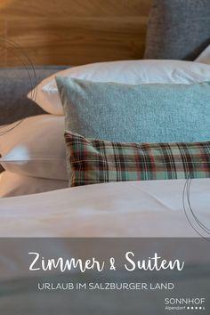 Alle Augen auf Wolke Sieben! Diese Suite überzeugt in den 70 qm mit viel Charme - Langeweile war gestern! Perfekt für eine Auszeit zu zweit - auch als Überraschung #vollsonnhof #salzburgerland #boutiquehotel #romantikurlaub #liebesurlaub #urlaubzuzweit #j Hotels, Bed Pillows, Pillow Cases, Glamour, Cloud, Time Out, Alps, Pillows