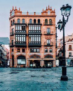 Edificio obra de Aníbal González, Plaza de San Francisco, Sevilla.