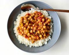 Bowl of Rice with Chickpeas, Zucchini and Peppers Bowl of Rice with Chickpeas. Chickpea Recipes, Veggie Recipes, Salad Recipes, Vegetarian Recipes, Healthy Recipes, Rice Krispies, Zucchini, Clean Eating, Healthy Eating