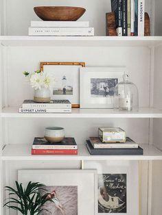 estanterías blancas