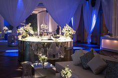 Veja detalhes da decoração de casamento moderno com orquídeas brancas.