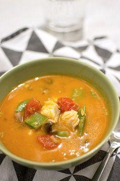 Fisksoppa med röd curry och kokosmjölk.