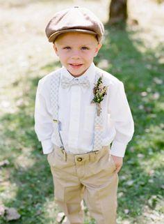 Niño de boda con boina obre, camisa blanca y pantalón a juego con la boina. El estilo hipster triunfa también entre los más pequeños